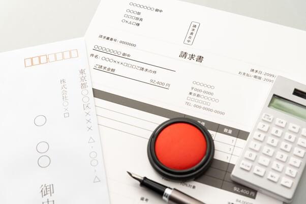 請求書の記載項目の要件とは?請求書の印鑑や送付方法についても詳しく解説!